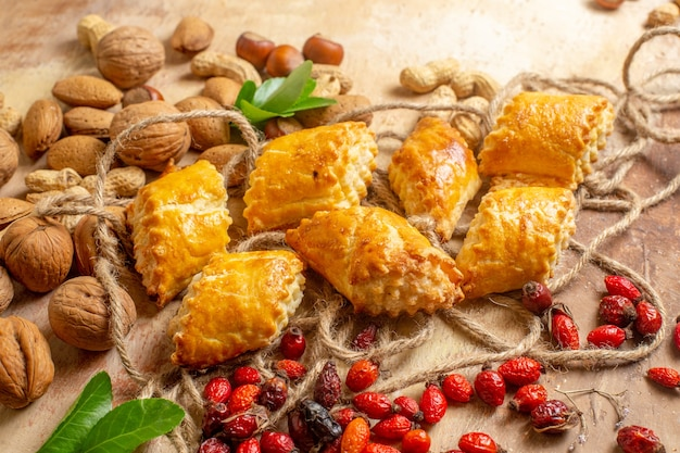 茶色の机の上に新鮮なナッツとおいしいナッツペストリーの上面図