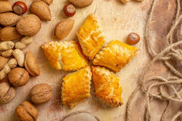 茶色の机の上にナッツとおいしいナッツペストリーの上面図