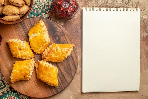 茶色の背景にナッツとおいしいナッツペストリーの上面図