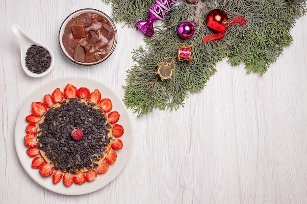 흰색 테이블에 신선한 딸기와 초콜릿 칩과 함께 맛있는 팬케이크의 상위 뷰
