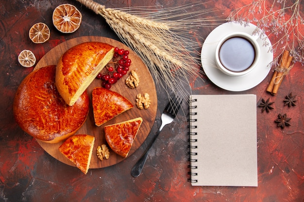 붉은 열매와 슬라이스 맛있는 파이의 상위 뷰