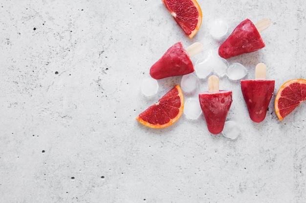 얼음과 복사 공간이있는 맛있는 아이스 캔디의 상위 뷰