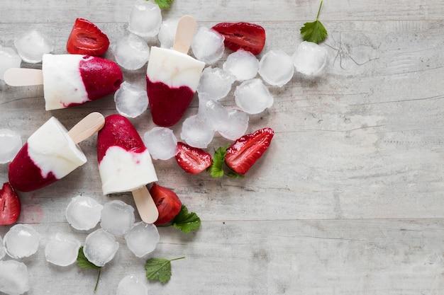 氷とコピースペースのあるおいしいアイスキャンディーの上面図