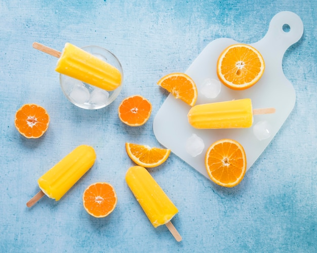 Вид сверху на вкусное фруктовое мороженое с апельсином и льдом