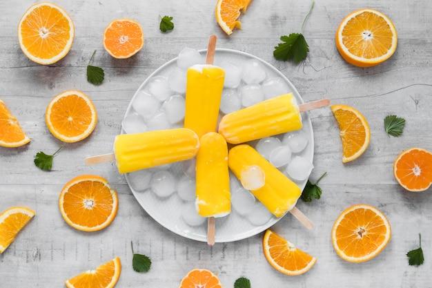 Вид сверху на вкусное фруктовое мороженое с апельсином и мятой