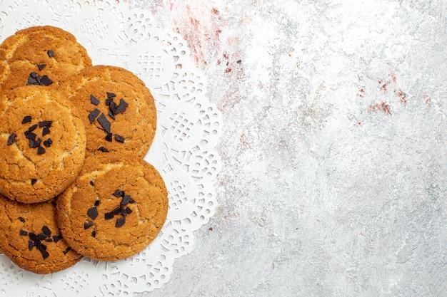 흰색 표면에 차 한잔 맛있는 모래 쿠키 완벽한 과자의 상위 뷰