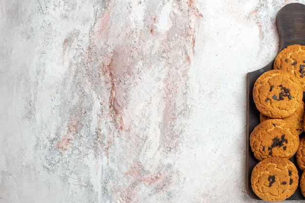 흰색 표면에 차 맛있는 모래 쿠키 완벽한 과자의 상위 뷰