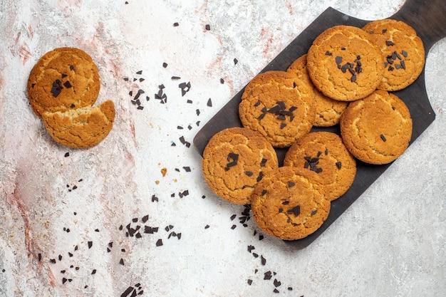 Вид сверху вкусного песочного печенья, идеальных сладостей для чая на белой поверхности