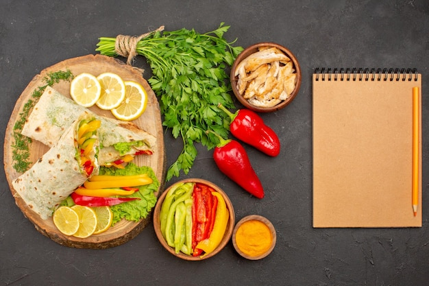 レモンスライスとグリーンのダークでおいしいシャウルマスライスチキンサンドイッチの上面図