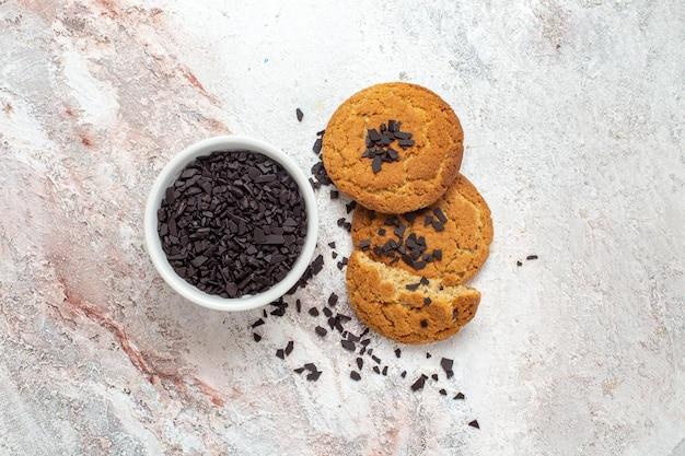 흰색 표면에 맛있는 설탕 쿠키의 상위 뷰