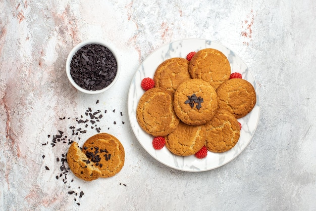 白い表面のおいしいシュガークッキーの上面図 無料写真