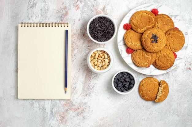 白い表面にナッツが入ったおいしいシュガークッキーの上面図
