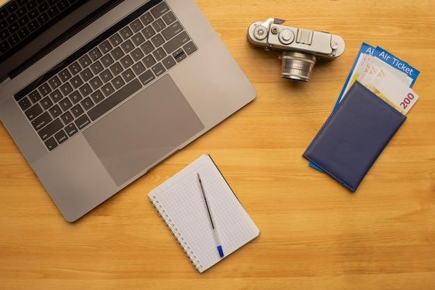 ノートパソコンとオフィスの写真撮影デスクテーブルの上面図