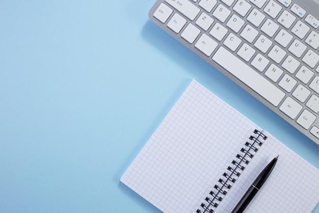 메모장, 키보드, 파랑에 종이 메모장 상위 뷰 사무실 책상