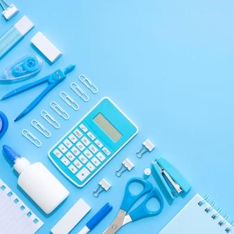 Vista dall'alto di cancelleria per ufficio con calcolatrice e cucitrice meccanica