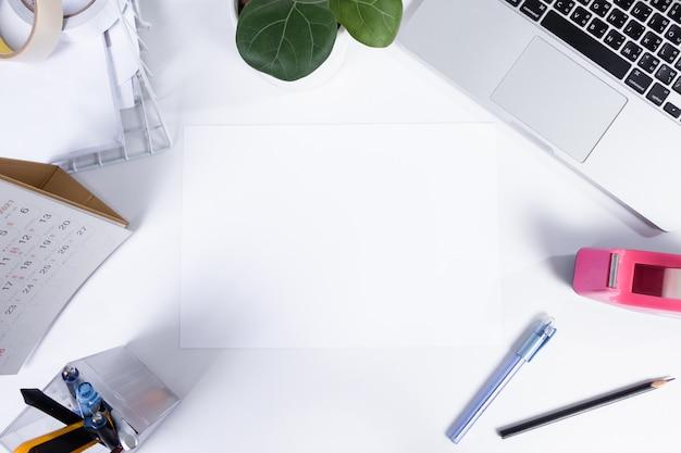 Стол офисного стола и место для работы с пробелом на белом фоне.