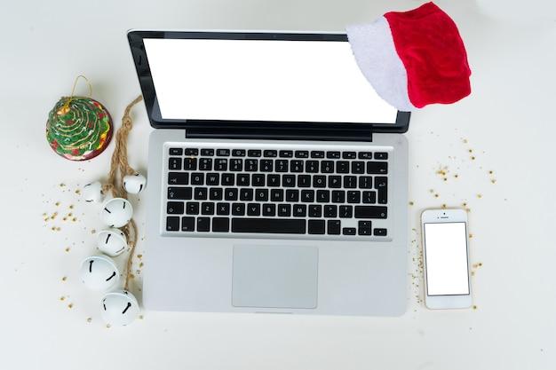 Стол офисный стол вид сверху. рабочее пространство с ноутбуком, мобильным телефоном и рождественскими украшениями