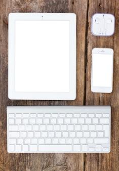 상위 뷰 사무실 직장. 태블릿, 키보드 및 전화 나무 테이블에 설정, 화면에 공간을 복사