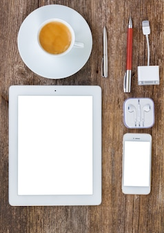 상위 뷰 사무실 직장. 태블릿, 전화 및 나무 테이블에 커피 한잔 세트, 화면에 공간을 복사