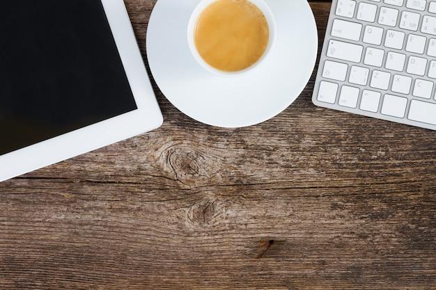 상위 뷰 사무실 직장. 태블릿, 키보드 및 나무 테이블에 커피