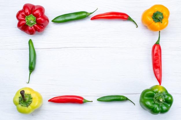 白、野菜のスパイスの温かい食べ物の食事製品にスパイシーな唐辛子が並ぶフルベルペッパーの上面図