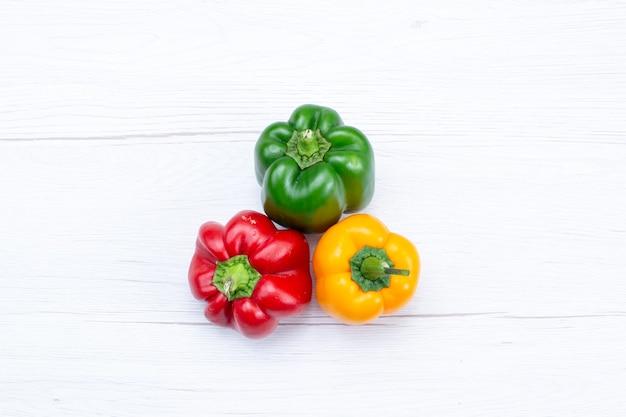 白い机の上のフルピーマン、野菜スパイス温かい食べ物の食事の材料製品の上面図