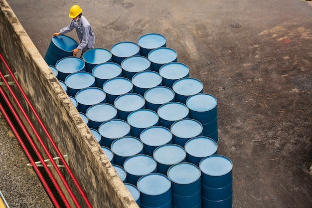 上面図の石油バレルは、男性労働者の垂直方向の動きを手配するのに役立ちます。