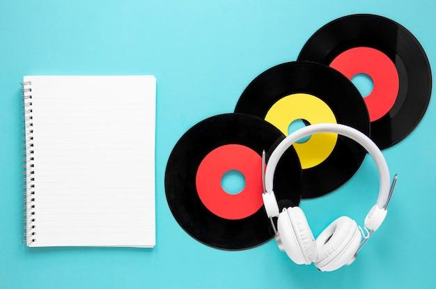 Вид сверху старые записи диска на синем фоне
