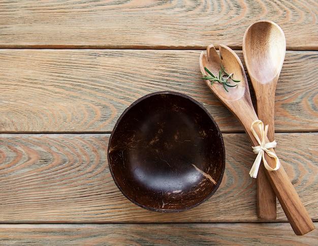 木製の背景に木製のカトラリーキッチン用品の上面図、フラットレイ
