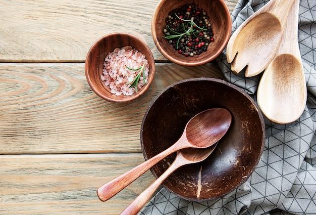木製のテーブルの上の木製のカトラリーキッチン用品の上面図、フラットレイ