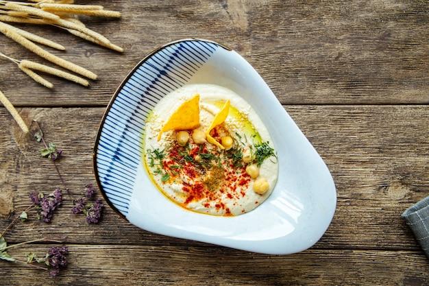 Вид сверху на закуску еврейской кухни хумус соусом