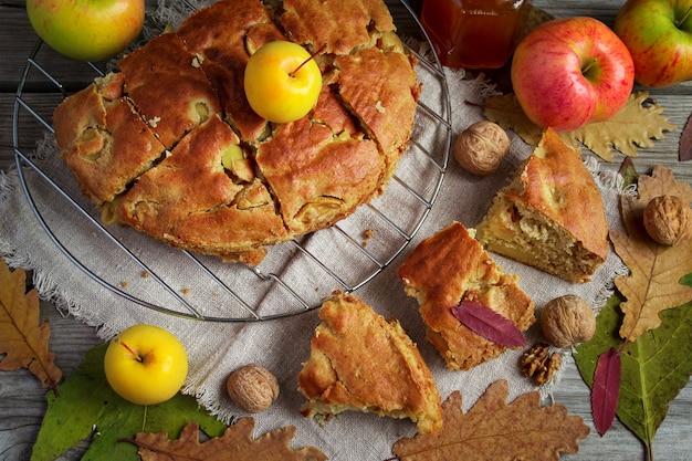 Вид сверху на яблочный пирог с медом и грецкими орехами