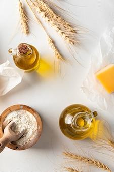 Вид сверху на кухонную утварь и ингредиенты для выпечки