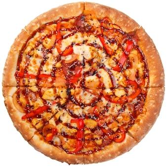 Вид сверху на bbq пицца из курицы с помидорами и перцем, изолированные на белом фоне.