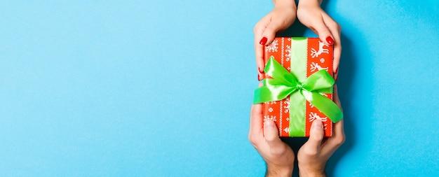 Вид сверху на красиво упакованную подарочную коробку