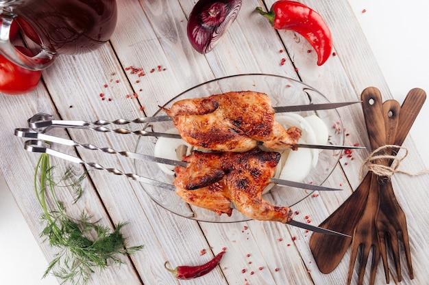 가벼운 나무 테이블에 백인 구운 닭 꼬치에 상위 뷰
