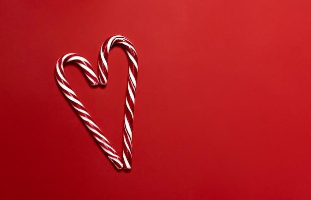 Вид сверху на рождественские конфеты в форме сердца