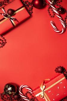 Вид сверху на рождественские подарки и украшения
