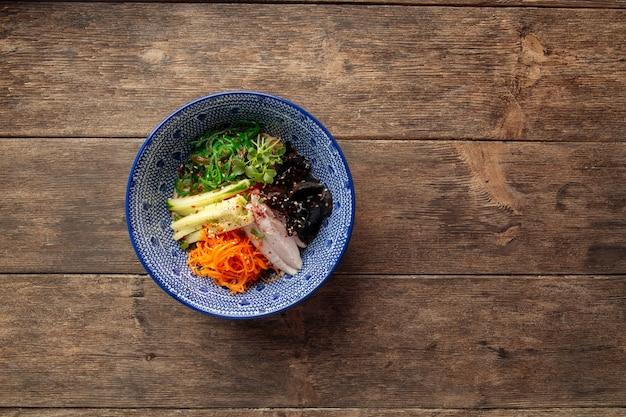 Вид сверху на холодный японский рамен хияши чука