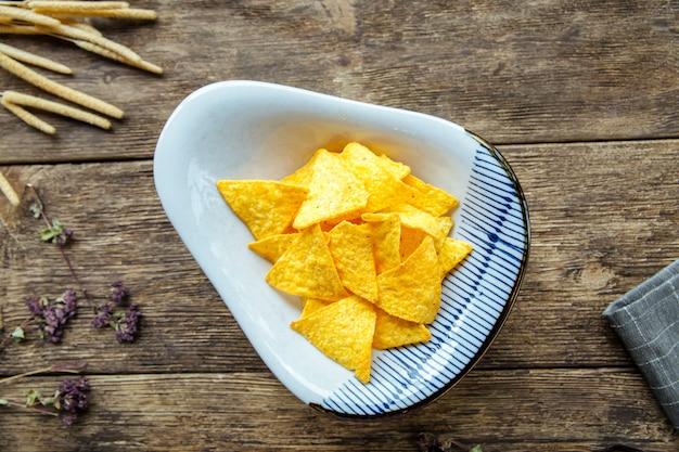 Вид сверху на кукурузные треугольные чипсы