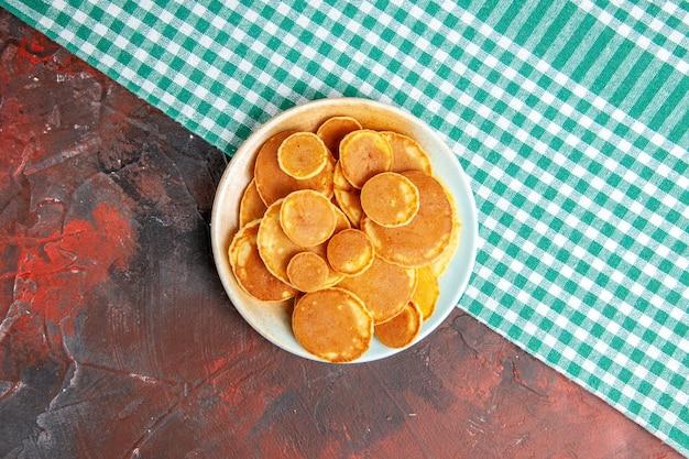 Вид сверху на вкусные блины на тарелке