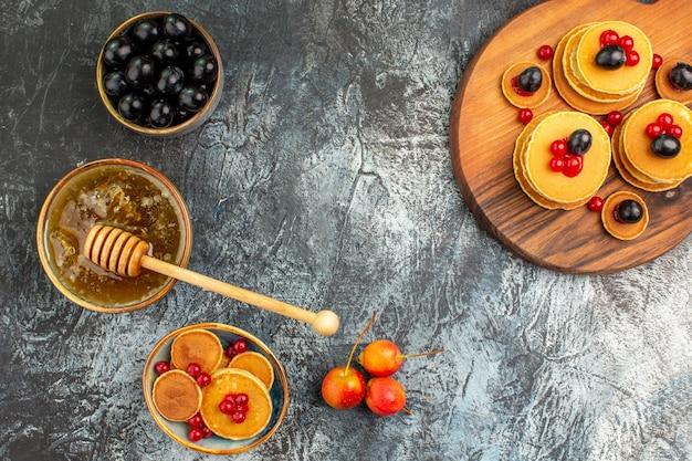 Вид сверху на вкусные блины с различными ингредиентами