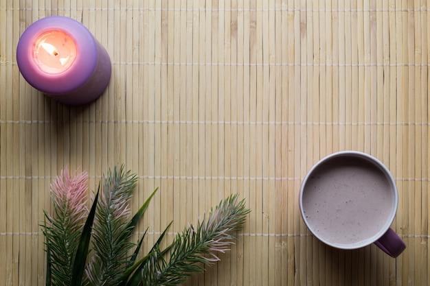 竹の背景の上のカップで飲み物の上面図