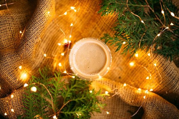 花輪とモミの枝と荒布のお祝いコーヒーの上面図
