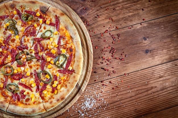 Вид сверху на свежую итальянскую пиццу