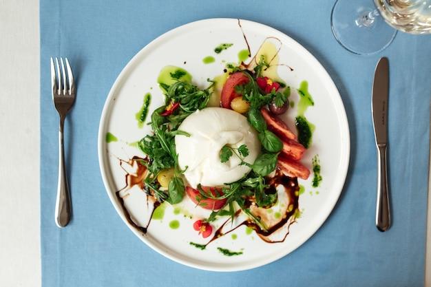야채와 채소와 함께 미식가 스페인 부라 타 샐러드에 대한 상위 뷰