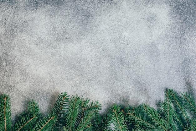 クリスマスツリーの枝と灰色の背景の上面図