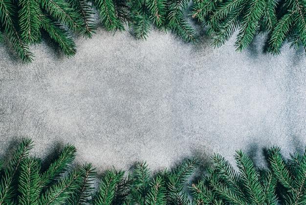 Вид сверху на сером фоне с ветвями елки