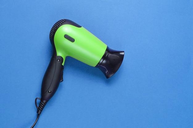 分離された緑のヘアドライヤーの上面図