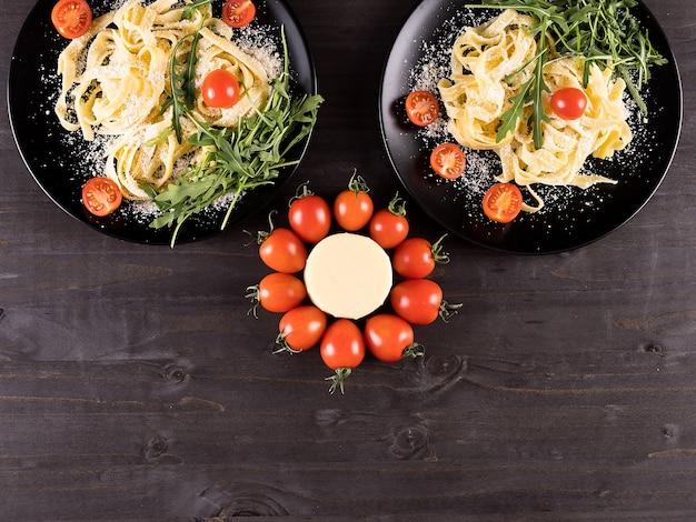 木製のテーブルの上の健康的なおいしいパスタの上面図